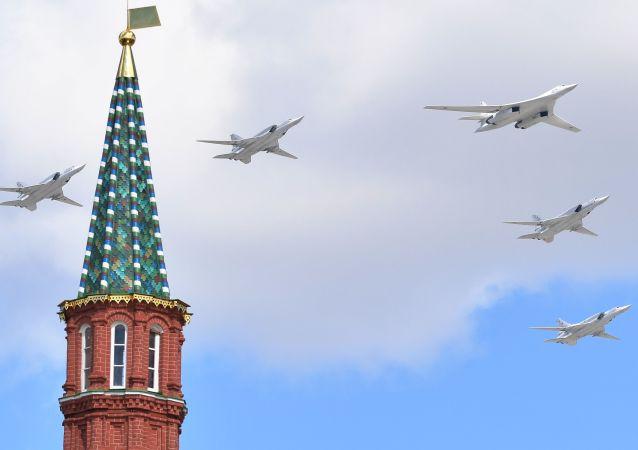 الجزء الجوي من بروفة العرض العسكري بمناسبة عيد النصر على ألمانيا النازية في الحرب الوطنية العظمى (1941-1945) - القاذفات الاستراتيجية حاملة للصواريخ تو-160، وقاذفات الأسرع من الصوت والحاملة للصواريخ تو-22 إم3