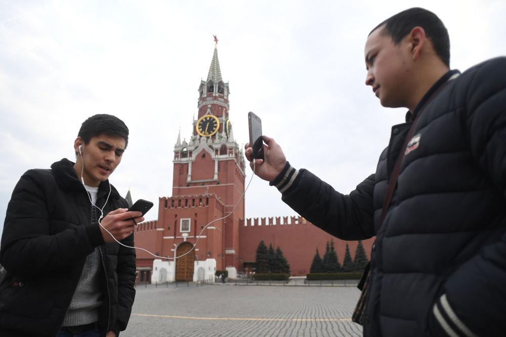 شابان يلتقطان الصور في الساحة الحمراء في موسكو