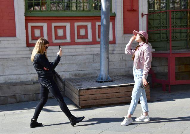 فتاتان تلتقطان الصور في شارع نيكولسكايا في موسكو