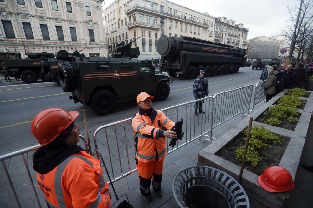 موظفو بلدية موسكو يلتقطون صور سيلفي على خلفية المعدات العسكرية التي وصلت موسكو للمشاركة في العرض العسكري بمناسبة عيد النصر يوم 9 مايو/ أيار