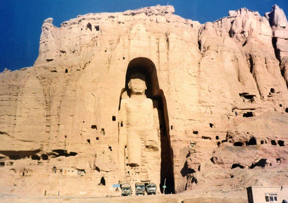 تماثيل بوذا في المدينة القديمة باميان، أفغانستان، عام 1997
