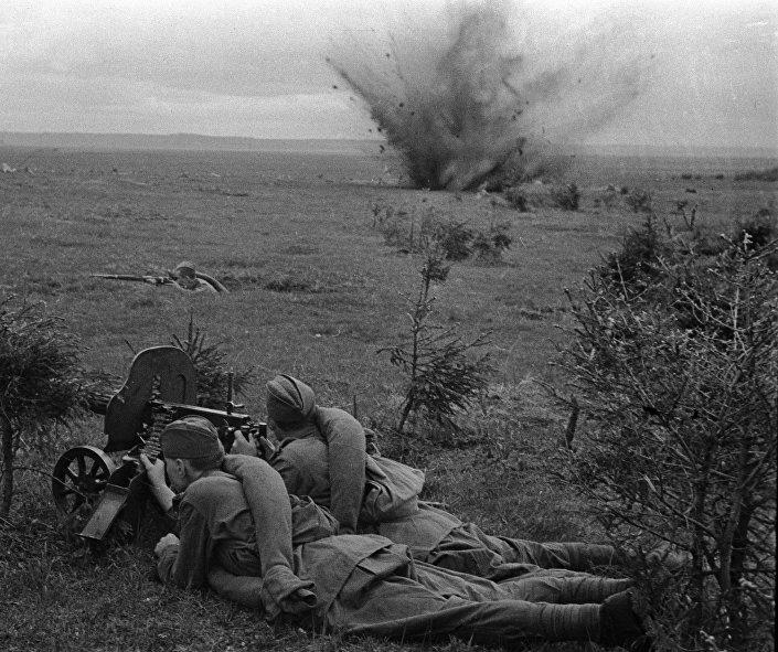 جنود روس يواجهون الغزاة الألمان في ضفة نهر دنيبر