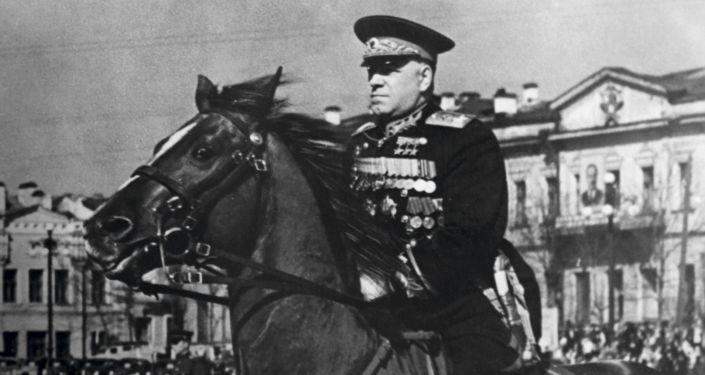 مارشال الاتحاد السوفيتي غ. ك. جوكوف على ساحة عام 1905 في سفيردلوفسك الروسية