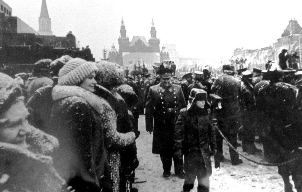 مارشال قوات الاتصالات أ. إي. بيلوف أثناء العرض العسكري تكريما لثورة أكتوبر/ تشرين أول مع حفيده الأكبر أندريه، 1980