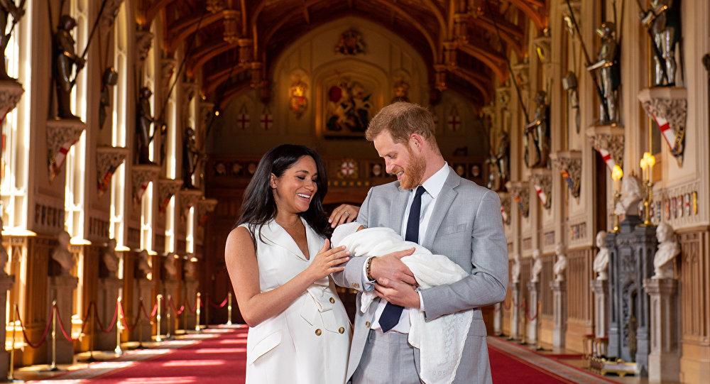 الأمير هاري ودوقة ساسكس ميغان ماركل يخرجان إلى الصحفيين برفقة مولودهما الصغير، لندن 8 مايو/ أيار 2019