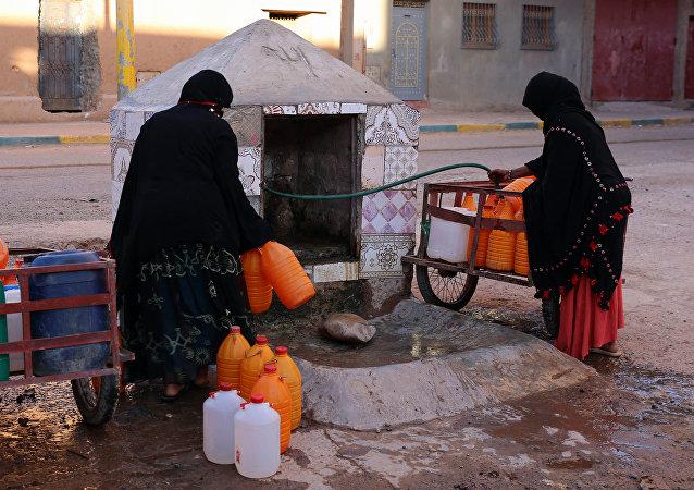 مغربيات يعانين من نقص مياه الشرب في جنوب شرق المغرب.