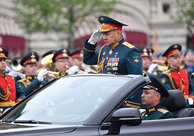 وزير الدفاع الجنرال سيرغي شويغو، يتفقد عناصر الوحدات المشاركة بالعرض