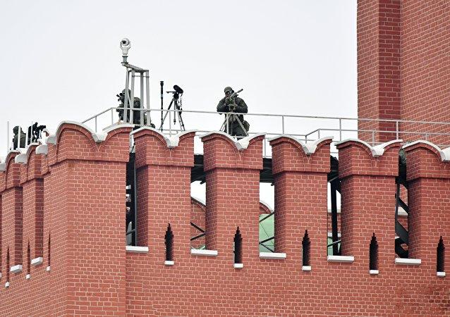 مناوبة القناصة الروس على سطح أحد أبراج الكرملن لحماية العرض العسكري