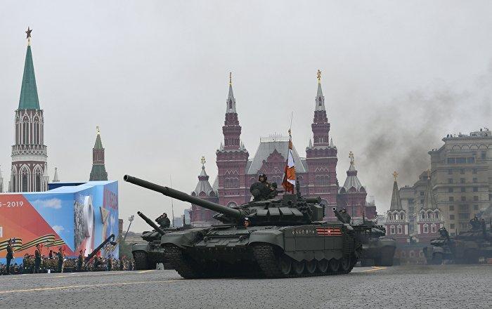 """محارب قديم يقود دبابة """"تي-72""""  في بروفة عرض الذكرى الـ75 للنصر…فيديو"""