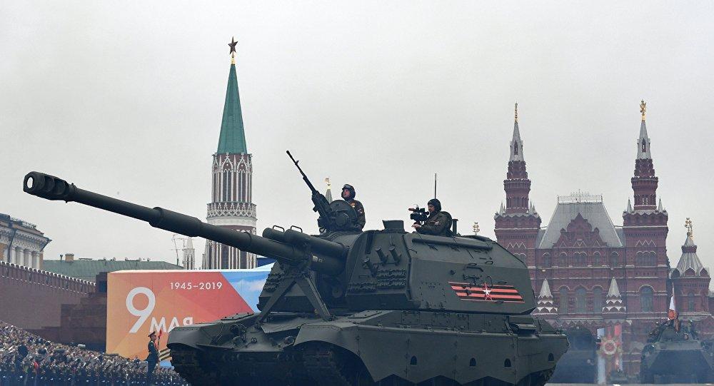 مدافع هاوتزر مستا - إس خلال العرض العسكري