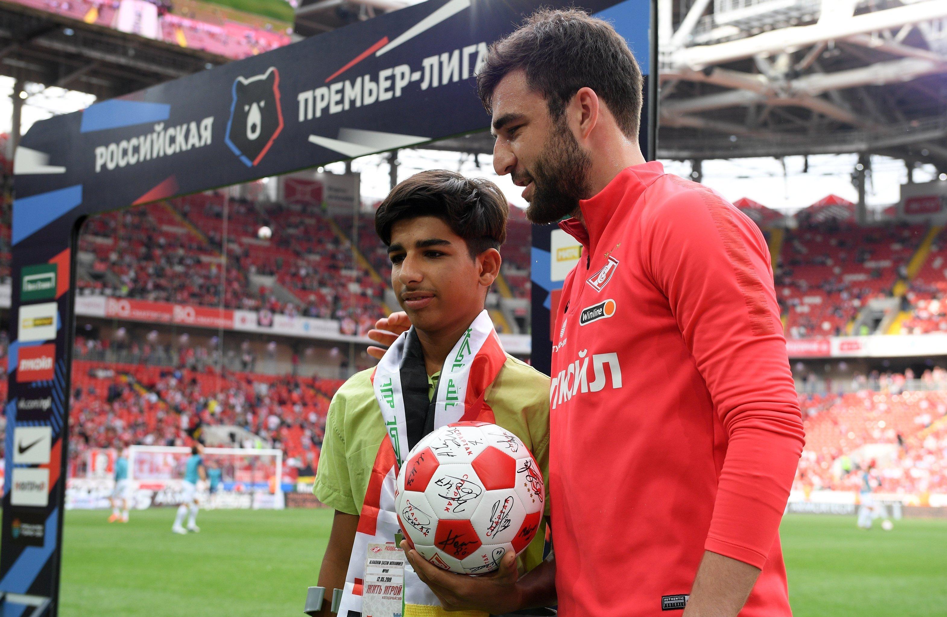 الفتى العراقي بطل صورة الرغبة في الحياة حاضرا في مباراة بالدوري الروسي