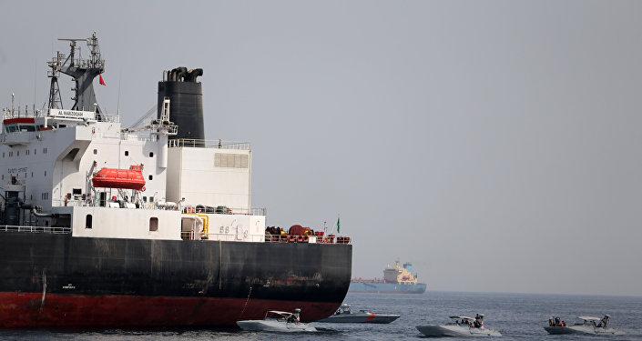 سفينة في ميناء الفجيرة في الإمارات