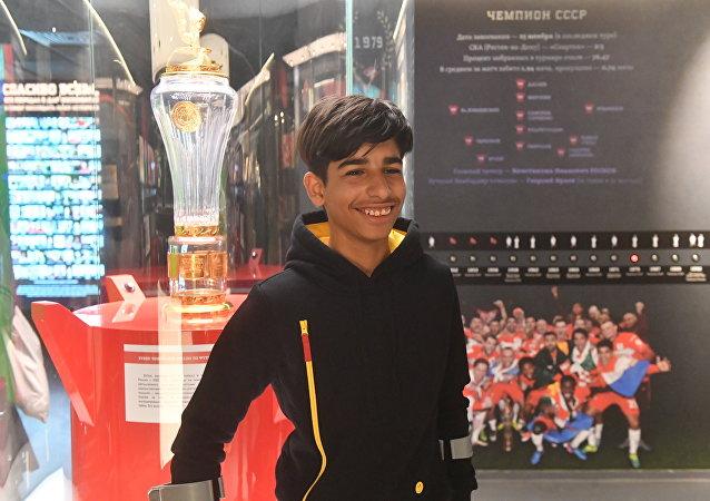الفتى العراقي قاسم الكاظمي يزور متحف ملعب سبارتاك أرينا في موسكو، 14 مايو/ أيار 2019