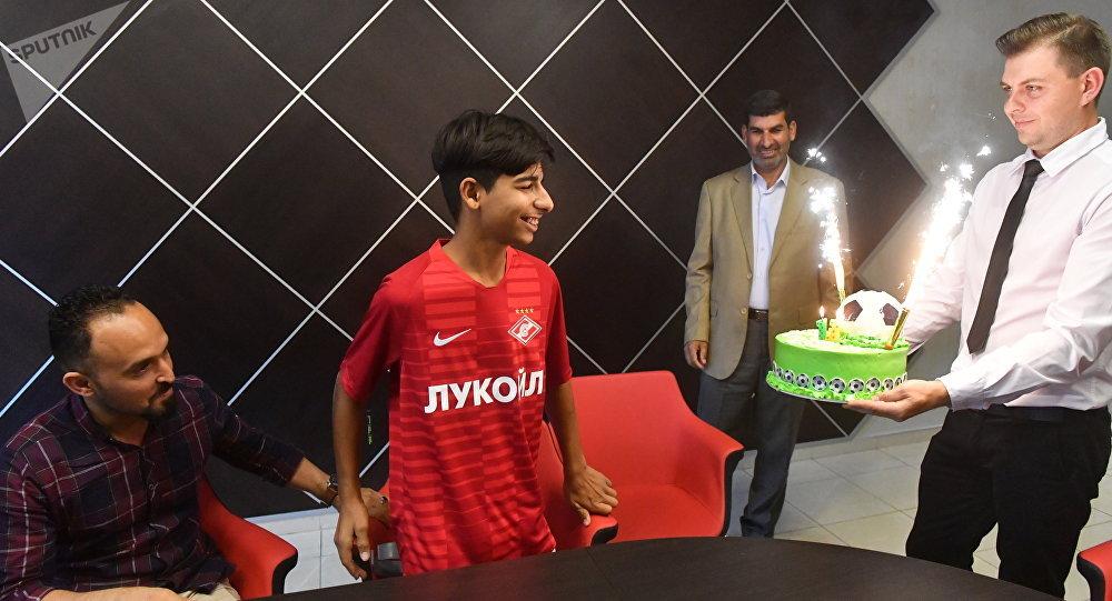 الفتى العراقي قاسم الكاظمي يحتفل بعيد ميلاده اليوم في موسكو، 14 مايو/ أيار 2019
