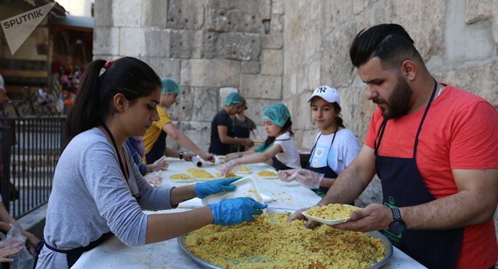 خسى الجوع... المجتمع السوري يردّ على الحصار الغربي بمليوني وجبة إفطار للصائمين الفقراء