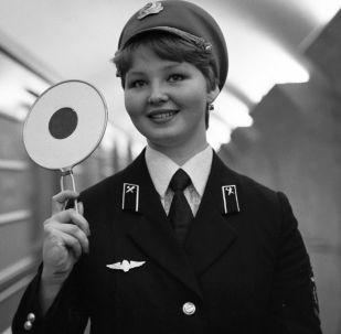 مسؤولة في محطة مترو ماياكوفسكايا، موسكو  1980