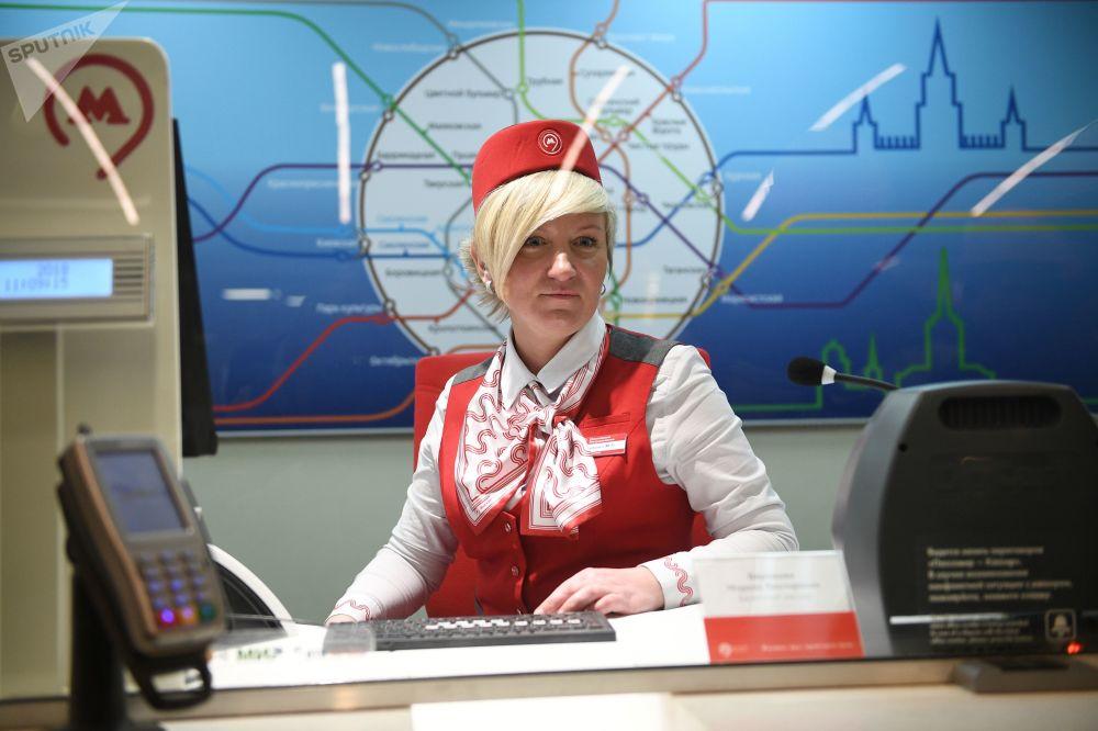 موظفة في محطة مترو أوكروجنايا، موسكو 2018