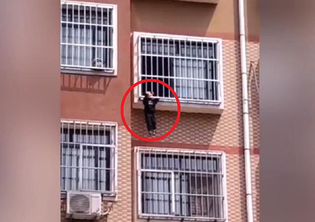 رجل شجاع ينقذ طفلا حشر رأسه بنافذة
