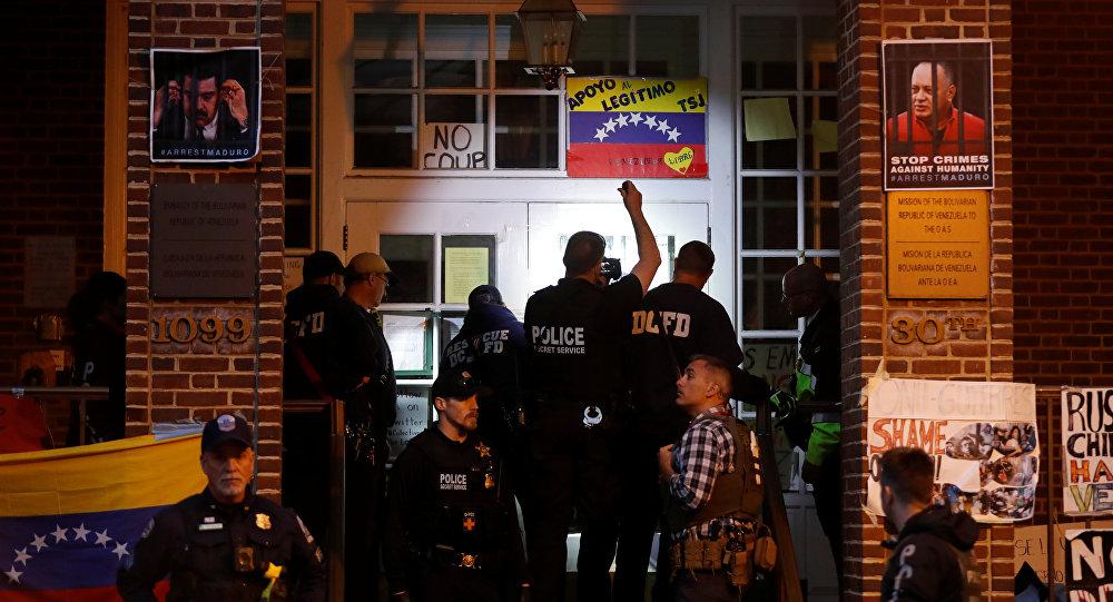 عملاء الخدمة السرية بالولايات المتحدة يستعدون لدخول السفارة الفنزويلية لطرد واعتقال مؤيدي الرئيس الفنزويلي نيكولاس مادورو في واشنطن
