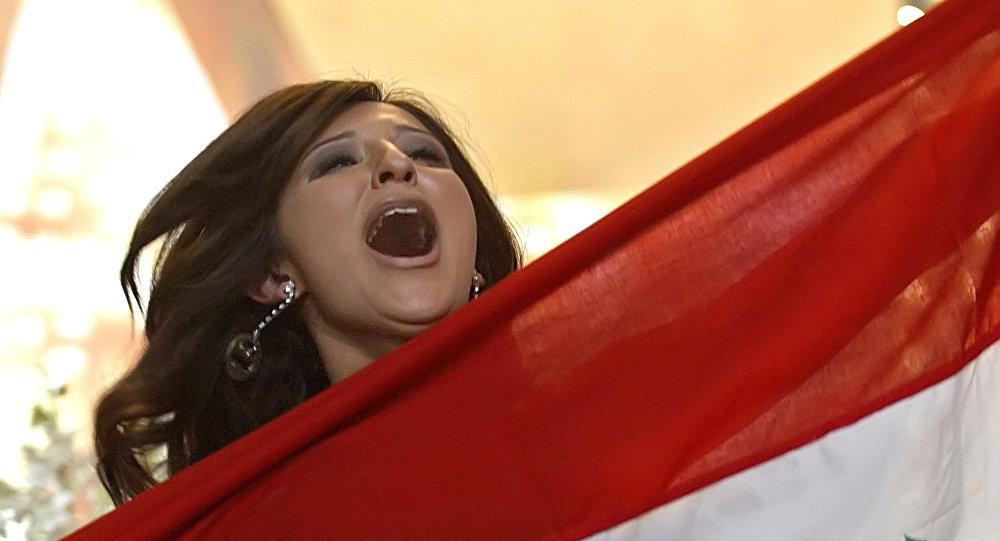المطربة العراقية شذى حسون تحمل علم بلادها