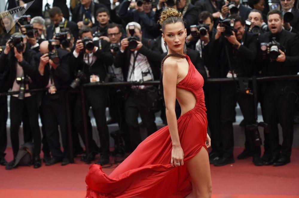 عارضة الأزياء والممثلة بيلا حديد على السجادة الحمراء لمهرجان كان السينمائي الدولي في نسخته الـ72