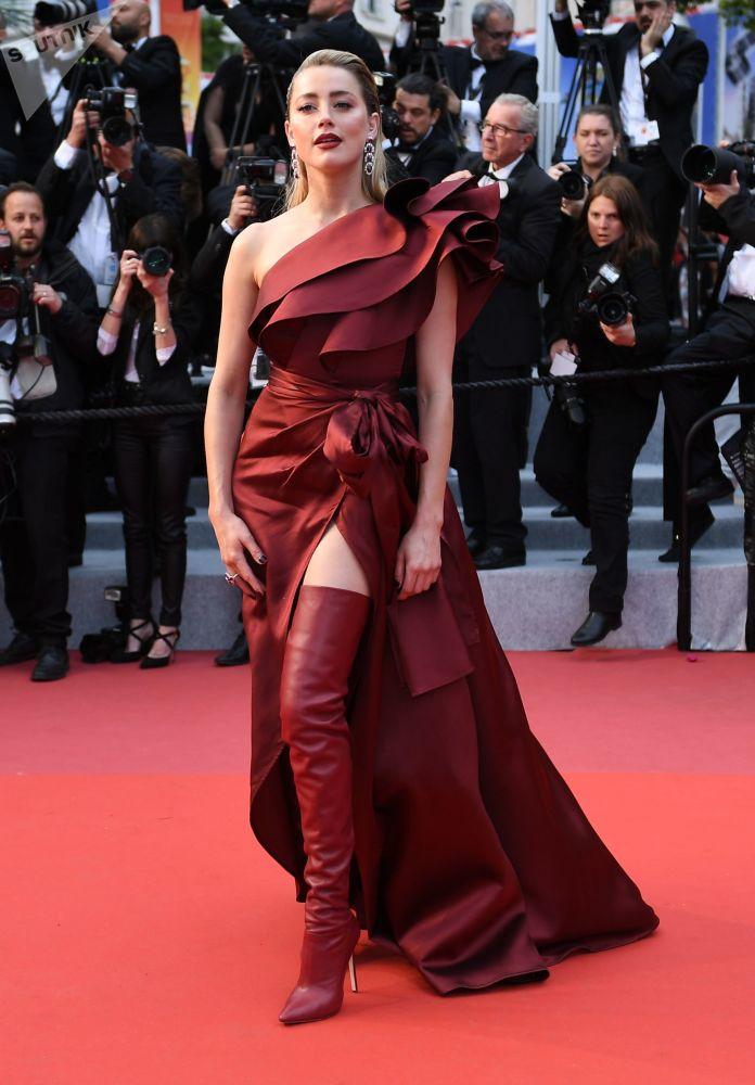 الممثلة والمخرجة الأمريكية آمبر هيرد على السجادة الحمراء لمهرجان كان السينمائي الدولي في نسخته الـ72
