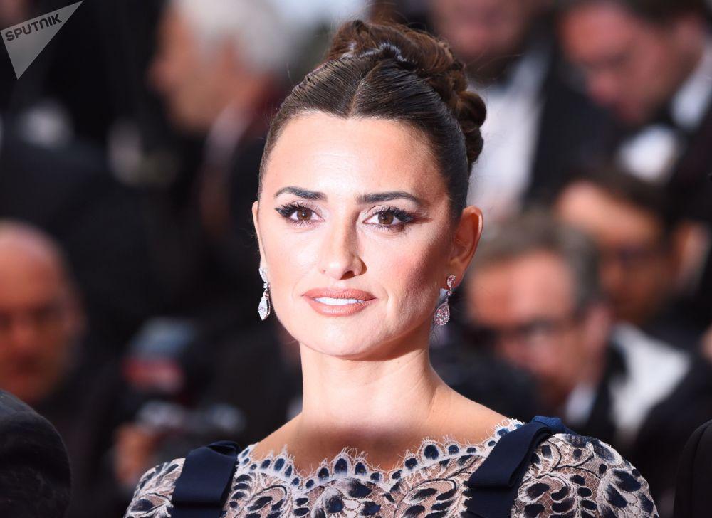 الممثلة الإسبانية بينيلوبا كروز على السجادة الحمراء لمهرجان كان السينمائي الدولي في نسخته الـ72