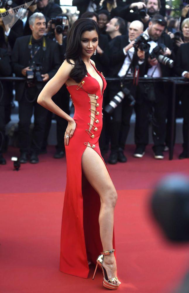 الممثلة السويدية-التايلاندية برايا لوندبيرغ على السجادة الحمراء لمهرجان كان السينمائي الدولي في نسخته الـ72