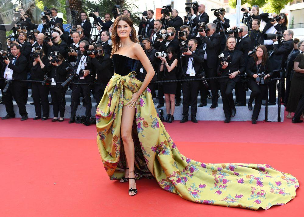 عارضة الأزياء البرازيلية إزابيلي فونتانا على السجادة الحمراء لمهرجان كان السينمائي الدولي في نسخته الـ72