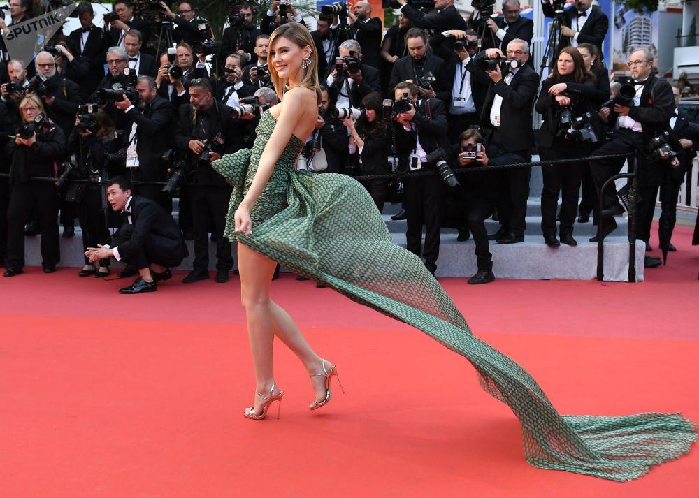 عارضة أزياء الألمانية ستيفاني غيزينغير على السجادة الحمراء لمهرجان كان السينمائي الدولي في نسخته الـ72