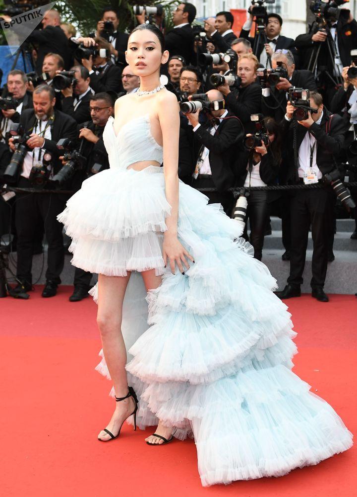 الممثلة الصينية مين سي على السجادة الحمراء لمهرجان كان السينمائي الدولي في نسخته الـ72