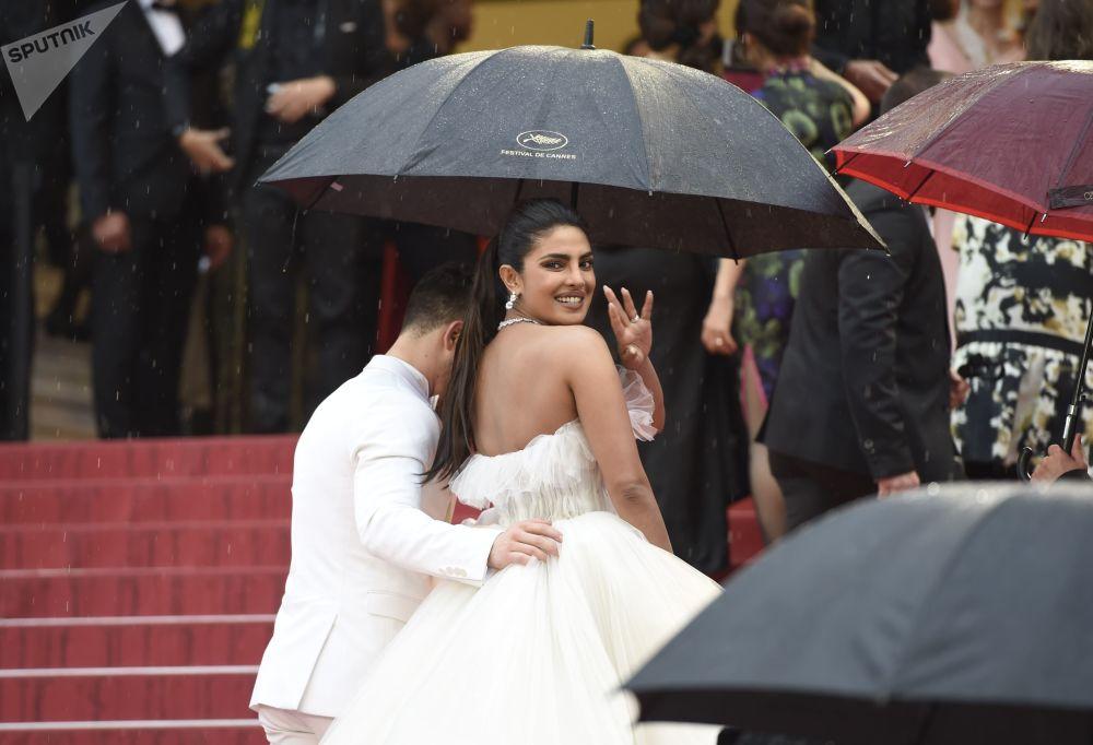 الممثلة الهندية بريانكا شوبرا على السجادة الحمراء لمهرجان كان السينمائي الدولي في نسخته الـ72
