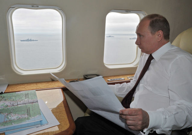الرئيس الروسي فلاديمير بوتين على متن طائرة هليكوبتر تحلق فوق منطقة المناورات البحرية لأسطول المحيط الهادئ، 2013