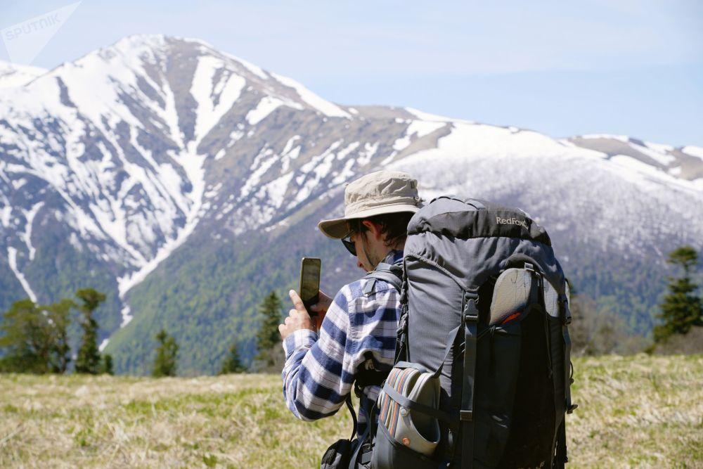 سائح يلتقط صورة في المحمية الطبيعية القوقازية باسم خ. غ. شابوشنيكوف