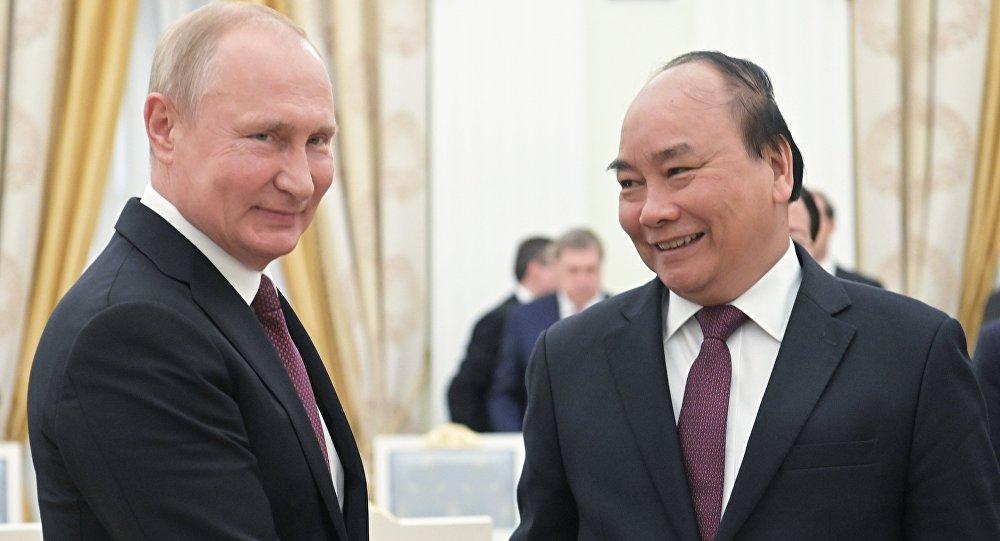 الرئيس الروسي فلاديمير بوتين نع رئيس الوزراء الفيتنامي نجوين شوان فوك