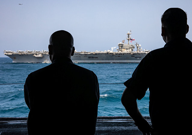 حاملة الطائرات التابعة للبحرية الأمريكية أبراهام لنكولن وسفن هجومية كيرسارج في بحر العرب في 19 مايو/ أيار 2019