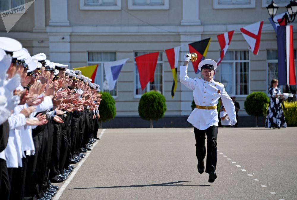طلاب من فرع مدرسة ناخيموف البحرية خلال الجرس الأخير (نهاية الفصل الأخير للسنة الدراسية) في سيفاستوبول