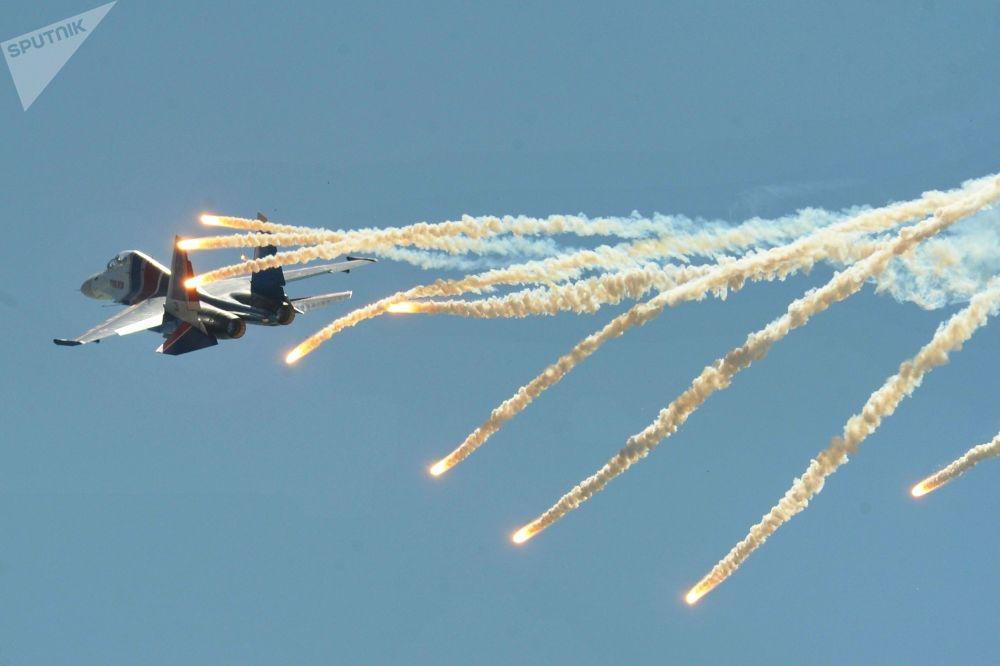 مقاتلة متعددة المهام سو-30إس إم من فرقة الاستعراض الجوي روسكيه فيتيازي (الفرسان الروس) خلال اليوم المفتوح في مجمع تاغونروغ للطيران العلمي والتقني الذي يحمل اسم غ.ام. بيريف
