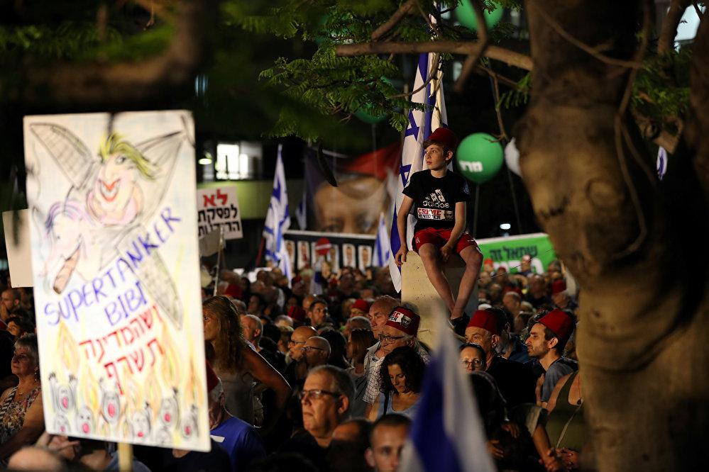 إسرائيليون يحتجون على تشريع يعفي نتنياهو من المحاكمة في تل أبيب