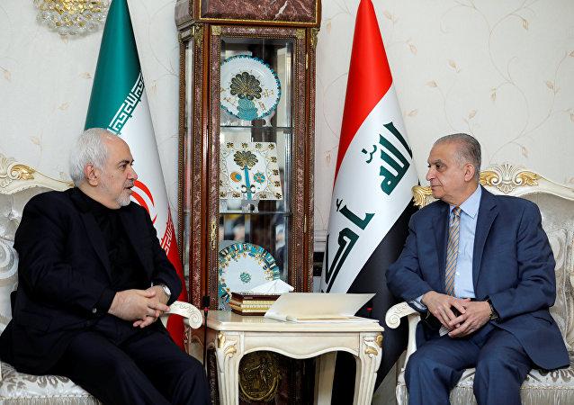 وزير الخارجية الإيراني محمد جواد ظريف خلال مؤتمر صحفي مع وزير الخارجية العراقي محمد علي الحكيم في بغداد