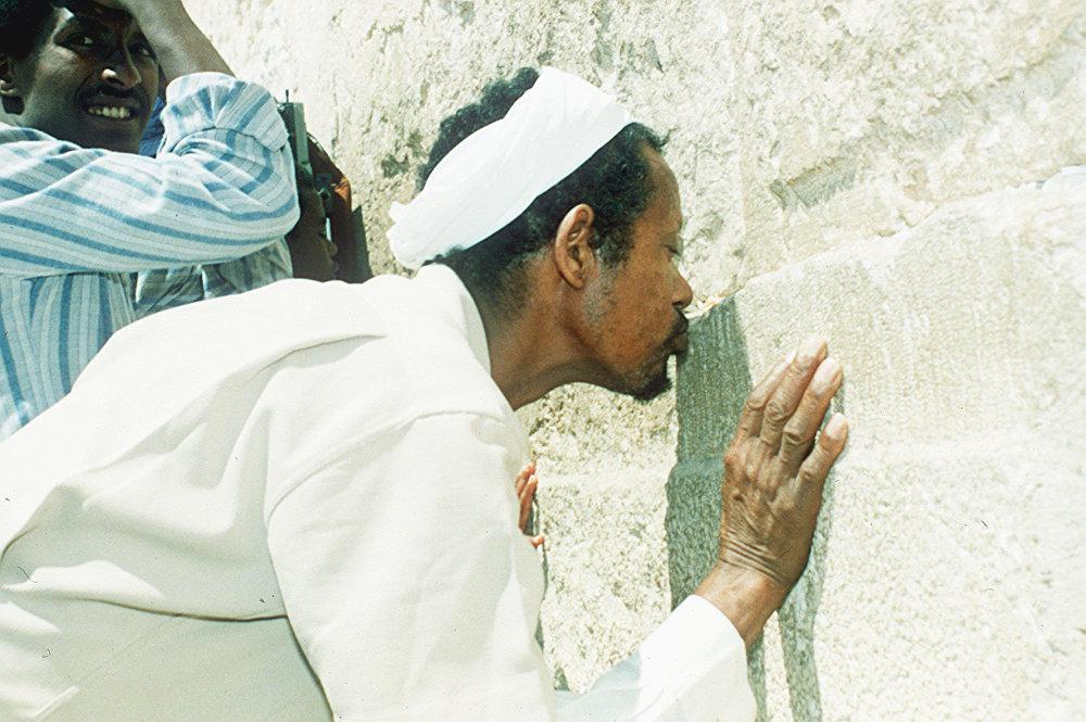 يهودي إثيوبي وصل إلى إسرائيل في عملية سولومون الجوية الضخمة وهو يقبل حجرًا من الحائط الغربي