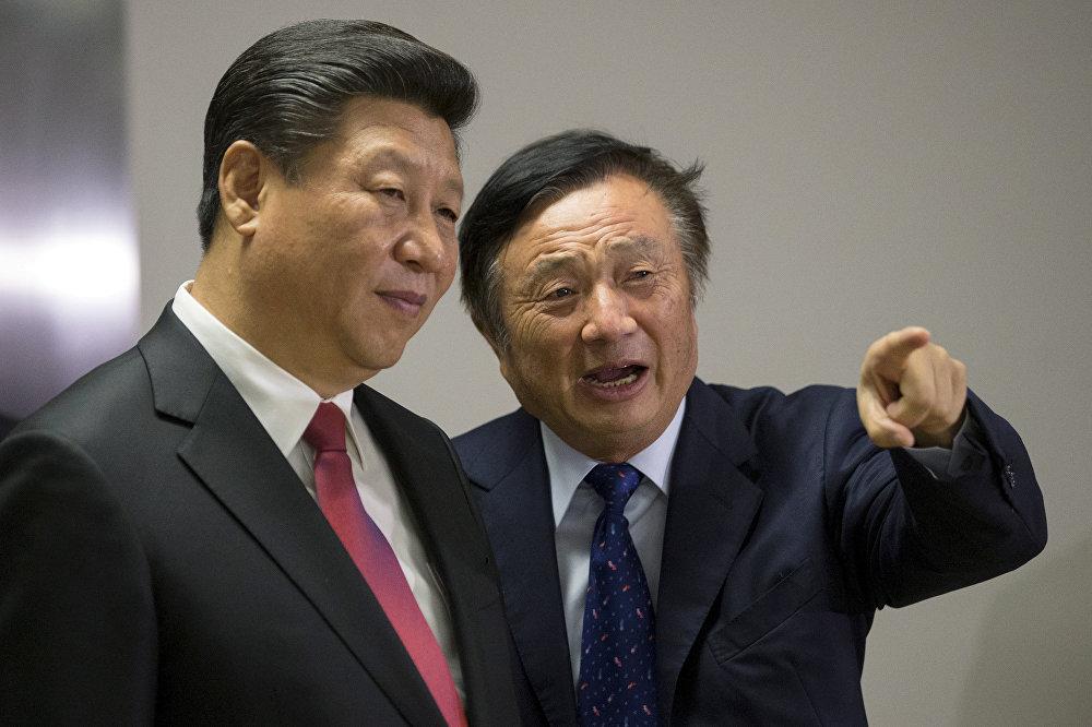 مؤسس هواوي رن زهينغفي متحدثاً إلأى الرئيس الصيني شي جين بينغ في أثناء تواجده في مكتب الشركة في لندن