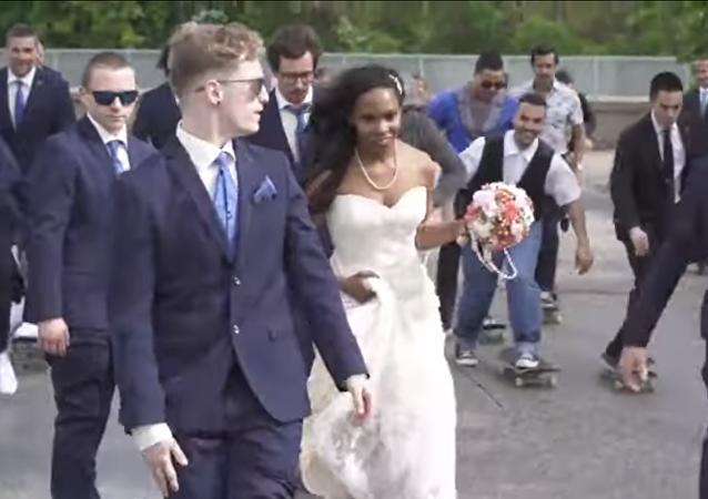 تعرض عروس لموقف محرج للغاية عندما أرادت التزلج في حفل زفافها