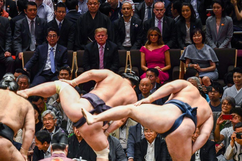 الرئيس الأمريكي دونالد ترامب والسيدة الأولى الأمريكية ميلانيا ترامب بجانب رئيس الوزراء الياباني شينزو آبي وزوجته في عرض السومو في طوكيو، 26 مايو/ أيار 2019