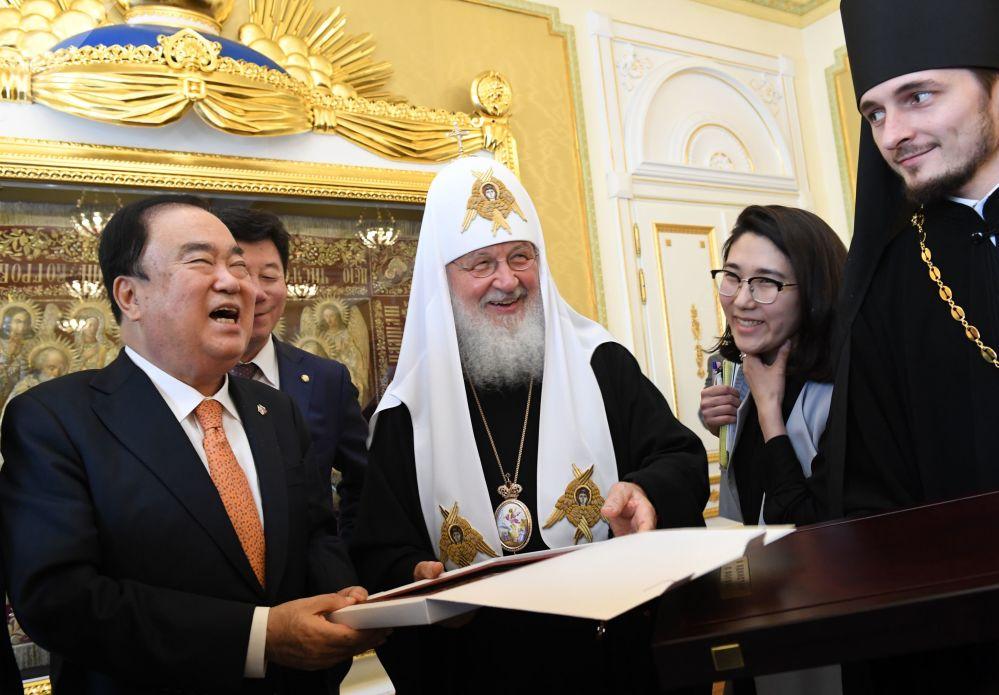 البطريرك كيريل يلتقي مع رئيس كوريا الجنوبية مون هيي سان في موسكو