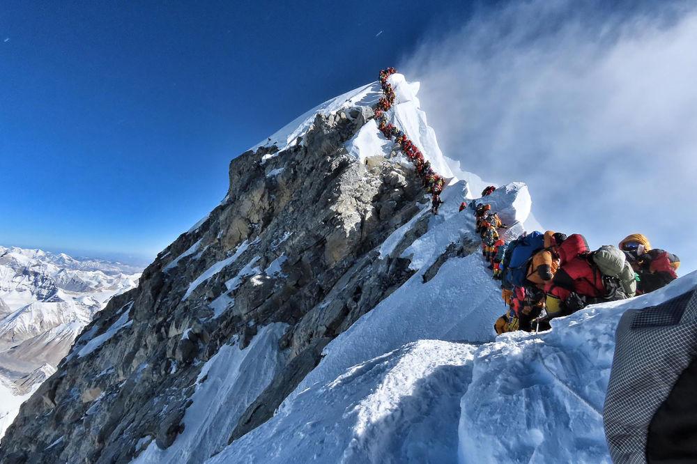 حركة مرور كثيفة لمتسلقي الجبال على طول خط قمة جبل إفرست. لقي ثلاثة متسلقين آخرين حتفهم في إفرست، حسبما قال منظمو الحملة والمسؤولون @nimsdai Project Possible في 24 مايو/ أيار 2019، مما يرفع عدد القتلى الأسبوع القاتل في أعلى قمة في العالم إلى سبعة.