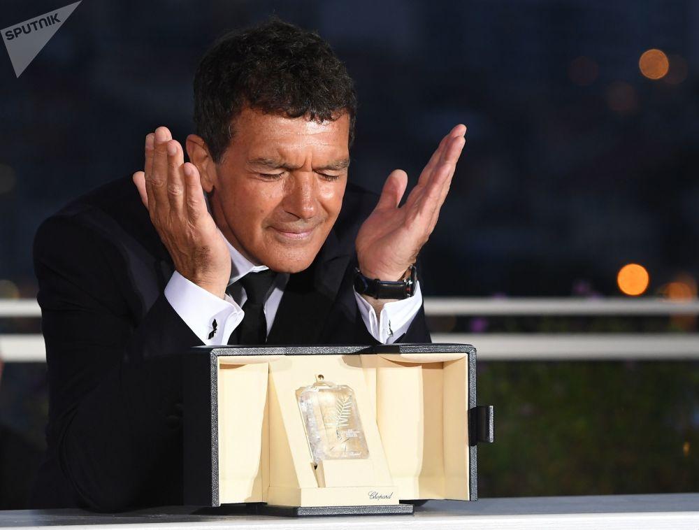الممثل أنطونيو بانديراس، الحائز على جائزة أفضل ممثل عن دوره في فيلم الألم والمجد (Dolor y gloria)، أثناء جلسة تصوير الفائزين في الحفل الختامي لمهرجان كان السينمائي الدولي الثاني والسبعين