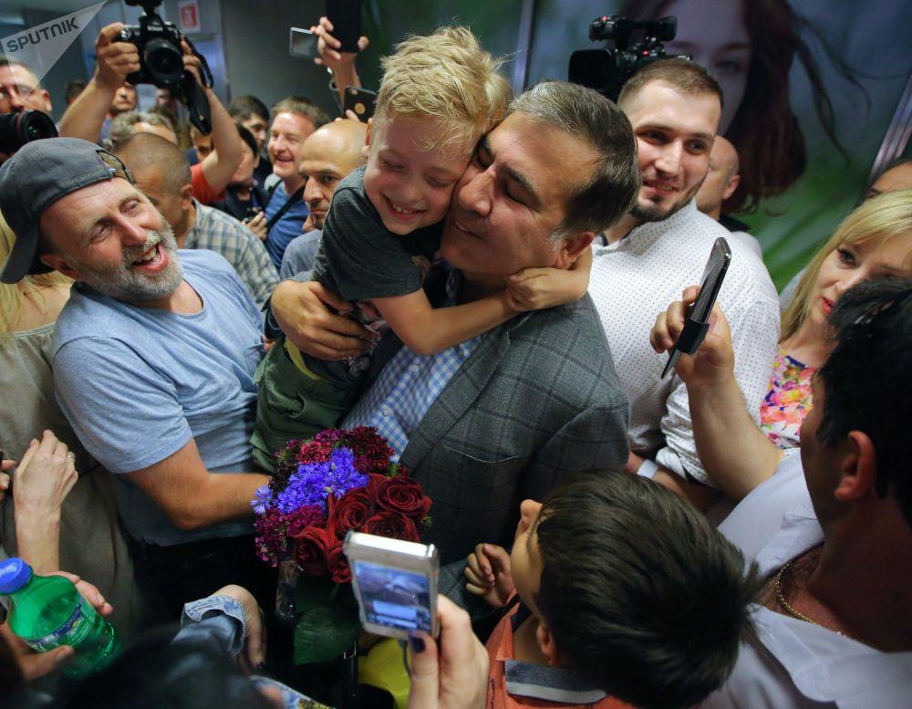الرئيس الجورجي السابق والحاكم السابق لمنطقة أوديسا في أوكرانيا، ميخائيل ساكاشفيلي، خلال وصوله إلى مطار بوريسبول في كييف