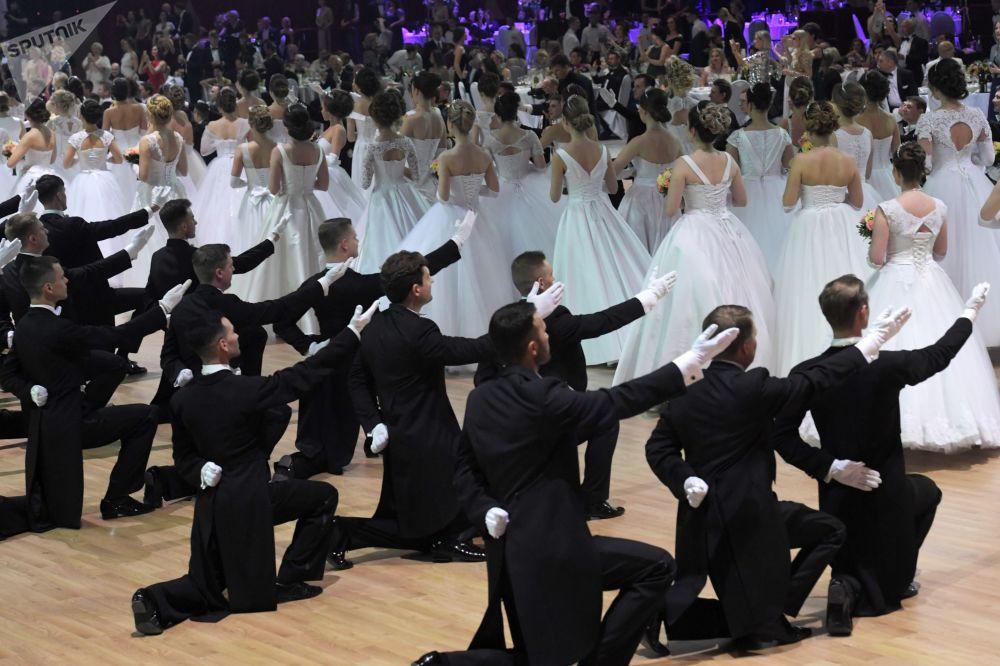 الدورة الخيرية السابعة عشرة لحفل فيينا للرقص في قاعة غوستيني دفور في موسكو