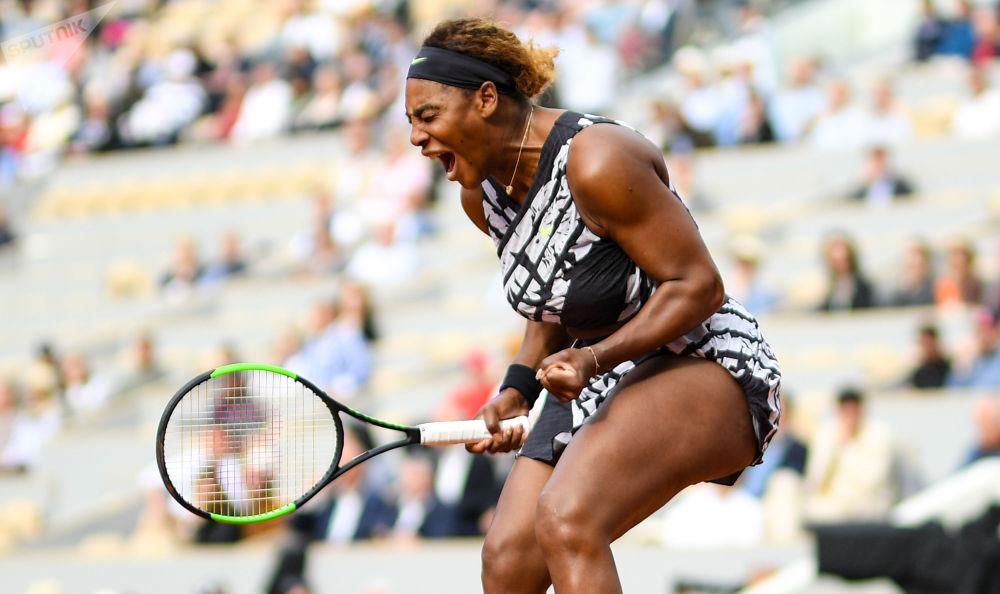 لاعبة التنس الأمريكية سيرينا ويليامز في مباراة فردية للسيدات في بطولة التنس المفتوحة الفرنسية ضد نظيرتها الروسية فيتاليا دياتشينكو